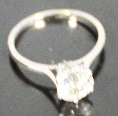 BAGUE solitaire en or gris serti d'un diamant...