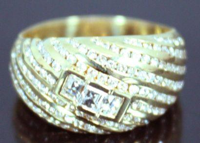 BAGUE demi jonc en or jaune 18k pavé de diamants...