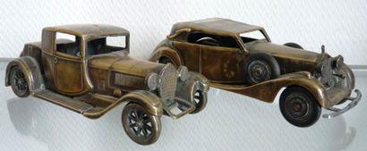 Lot représentant 2 automobiles en bronze,...