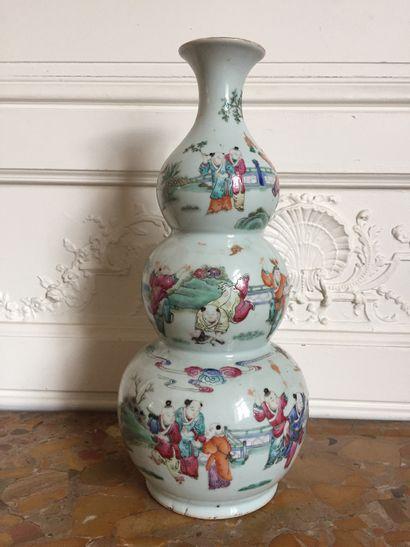 CHINE Vase triple gourde en porcelaine décoré...
