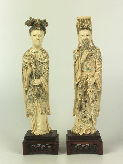 CHINE Couple en ivoire ciselé et incrusté...