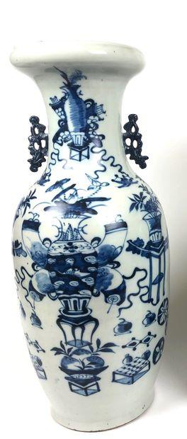 CHINE Grand vase balustre en porcelaine bleu...