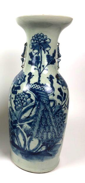CHINE Grand vase balustre en porcelaine céladon...