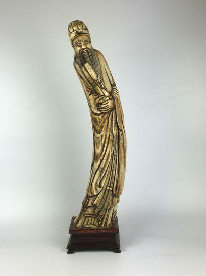 CHINE Importante défense sculptée d'un sage....