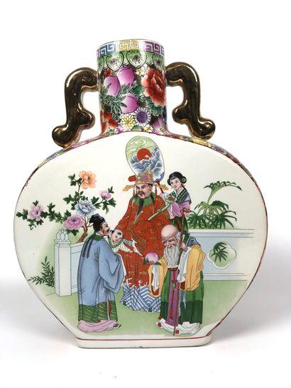 CHINE Grande gourde en porcelaine émaillée...