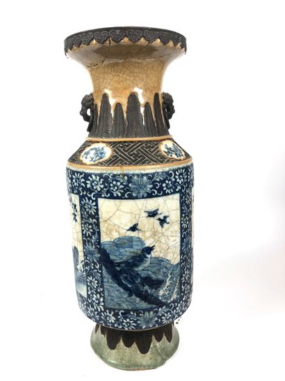 CHINE Grand vase baluste en porcelaine craquelée...