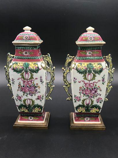 Paire de VASES en porcelaine chinoise émaillée...