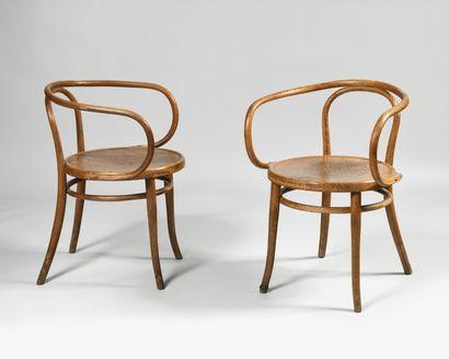THONET Paire de fauteuils en bois tourné,...