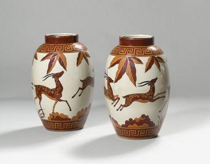 KERALOUVE (LA LOUVIÈRE) Paire de vases ovoïde...