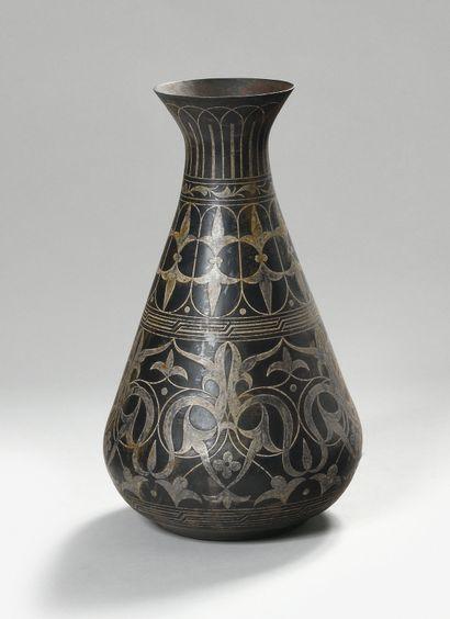 TRAVAIL VERS 1900 Vase tronconique en dinanderie...