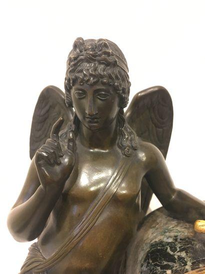 PENDULE BORNE en marbre vert de mer, Cupidon en bronze patiné adossé à une borne...