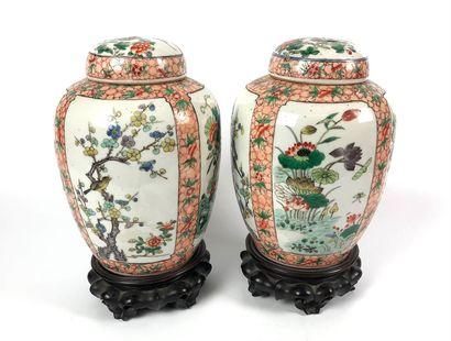 CHINE Paire de potiches couvertes en porcelaine...