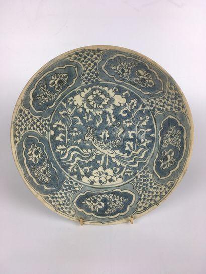 CHINE DU SUD, SWATOW Grande coupe en porcelaine...
