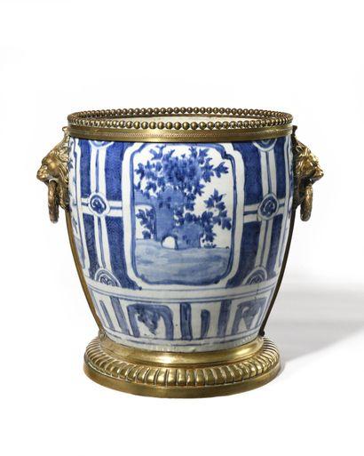 CHINE Vase en porcelaine aménagé en rafraichissoir...