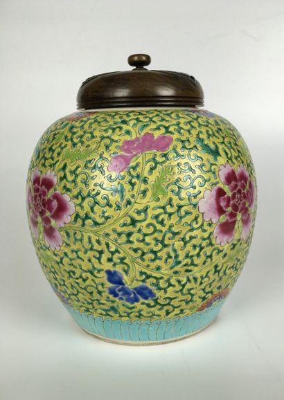 CHINE Pot à gingembre en porcelaine polychrome...
