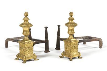 Importante PAIRE DE CHENETS en bronze doré...