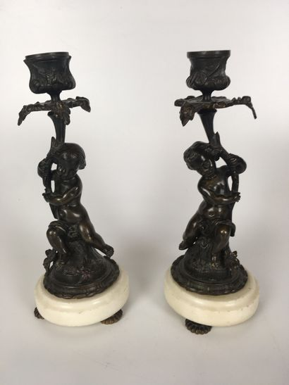 PAIRE DE BOUGEOIRS en bronze patiné à décor...