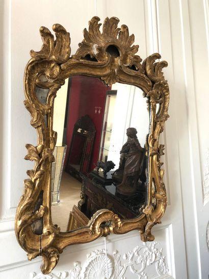 MIROIR en bois doré mouluré et sculpté de...
