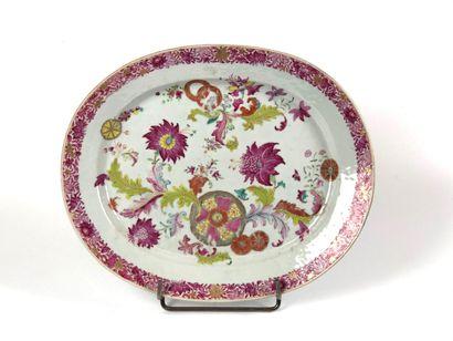 CHINE Plat ovale en porcelaine à décor polychrome...