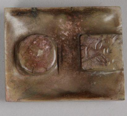 Plaque jade: partie de boucle de vêtement....