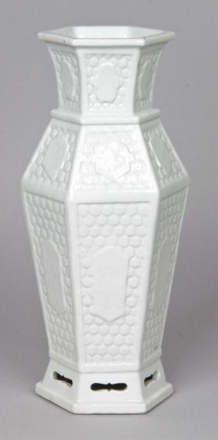 CHINE, DEBUT XXE SIECLE Vase hexagonal en...