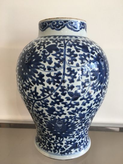 CHINE, XIXE SIECLE. Vase en porcelaine bleu-blanc...