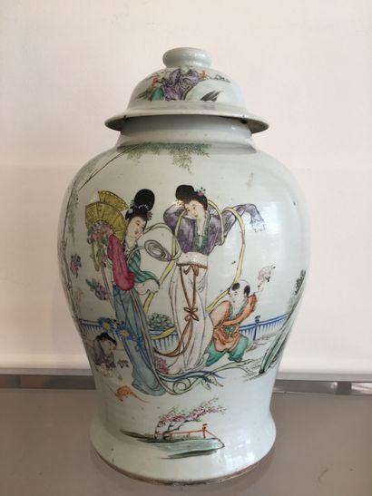 CHINE, DEBUT XXE SIECLE. Vase en porcelaine...