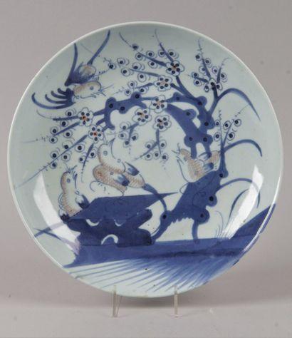 CHINE, VERS 1900 Petit plat creux à décor...