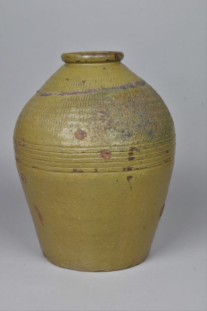 JAPON, XVIIIe-XIXe siècle Jarre en grès à...
