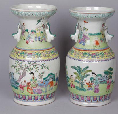 CHINE, DEBUT XXE SIECLE Paire de vases balustres...