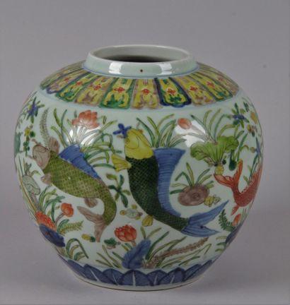 CHINE, XXE SIECLE. Vase globulaire à décor...