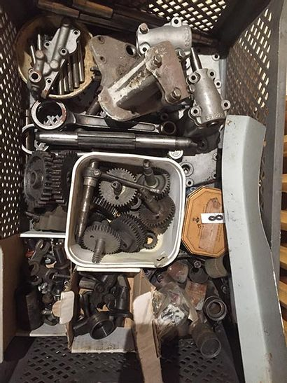 INDIAN LOT DE PIÈCES Large lot of Indian parts, partly from CAV, including new remanufactured...