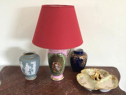 Lot comprenant :  Un vase façon Wedgwood...