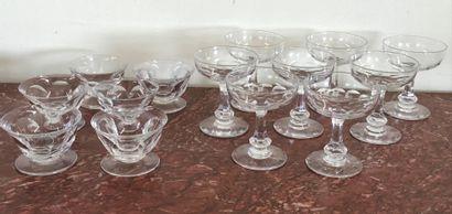 SERVICE de 8 coupes à Champagne en cristal...