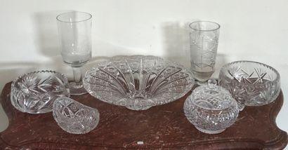 Ensemble de pièces en cristal taillé comprenant...