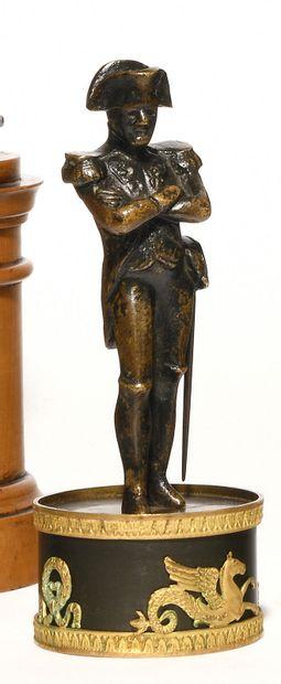 L'Empereur Napoléon Ier en pied, bras croisés....