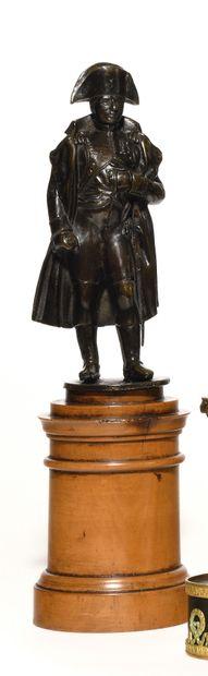 L'Empereur Napoléon Ier en pied en redingote....