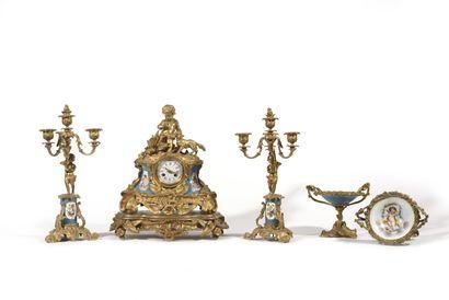 GARNITURE DE CHEMINEE en porcelaine et bronze...