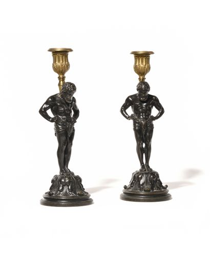 PAIRE DE FLAMBEAUX AUX ATLANTES en bronze...