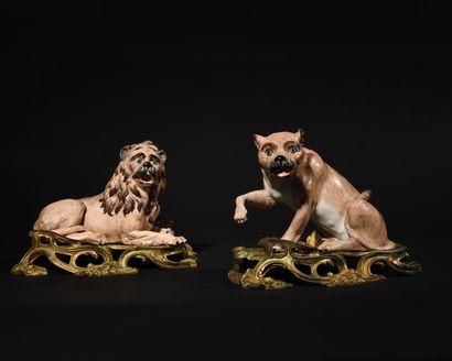 PAIRE DE FIGURES DE LION ET DE LIONNE en...