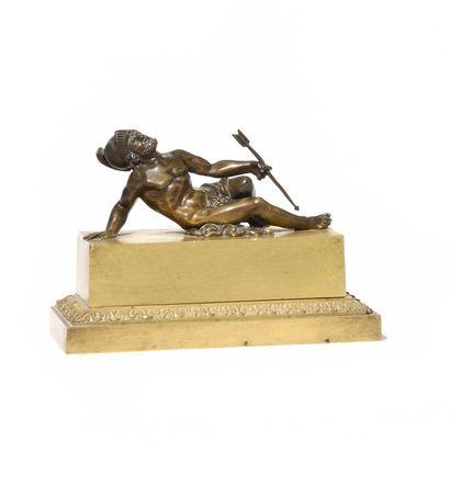 PETIT ENCRIER en bronze doré de forme rectangulaire...