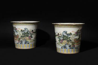 CHINE Deux grands cache-pots cylindriques...