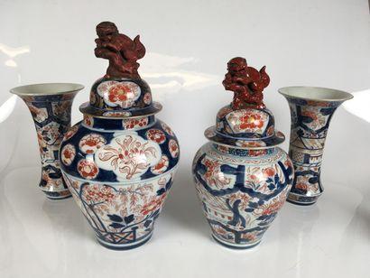 JAPON Ensemble en porcelaine à décor Imari...