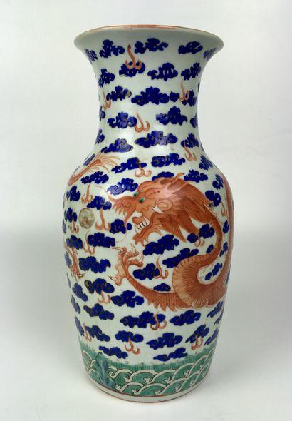 CHINE Vase balustre en porcelaine émaillée...