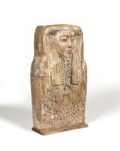 FRAGMENT de couvercle de sarcophage, les...