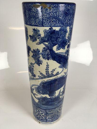CHINE Grand vase rouleau en porcelaine bleue...
