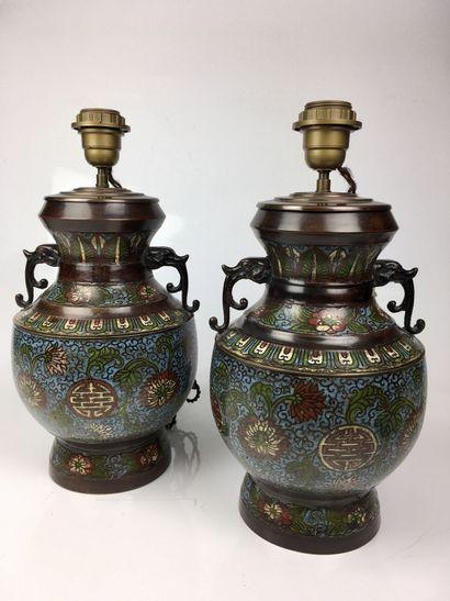 CHINE Paire de vases montés en lampes en...