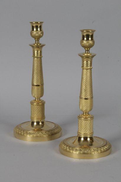 PAIRE DE BOUGEOIRS, en bronze doré et ciselé...