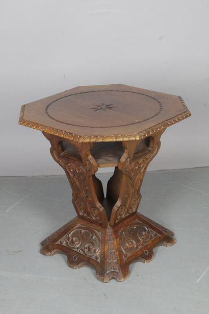 TABLE GUÉRIDON de forme octogonale en bois...