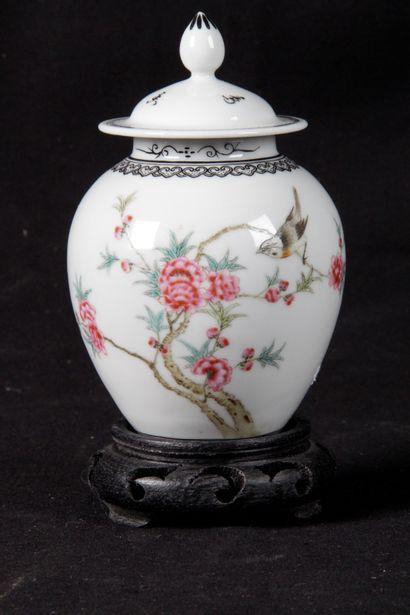 CHINE, XX SIECLE. Petit pot couvert en porcelaine...
